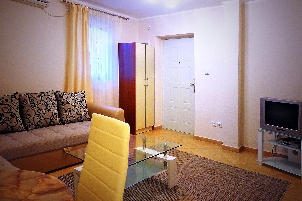 Lovely apartment hotel in green suburb of Bar