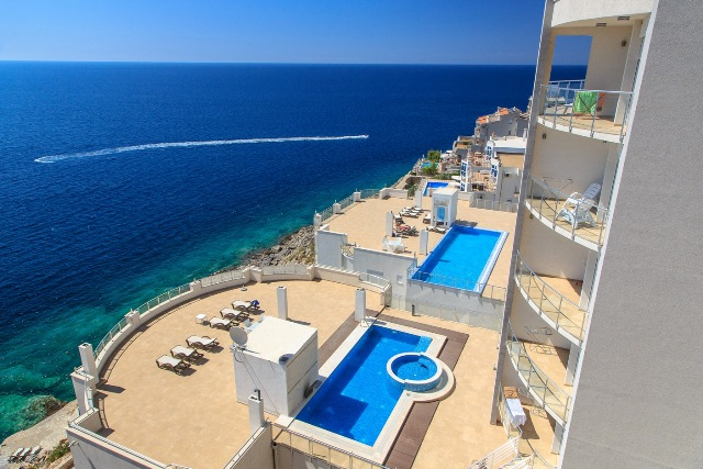Frontline apartment with spectacular view over the sea