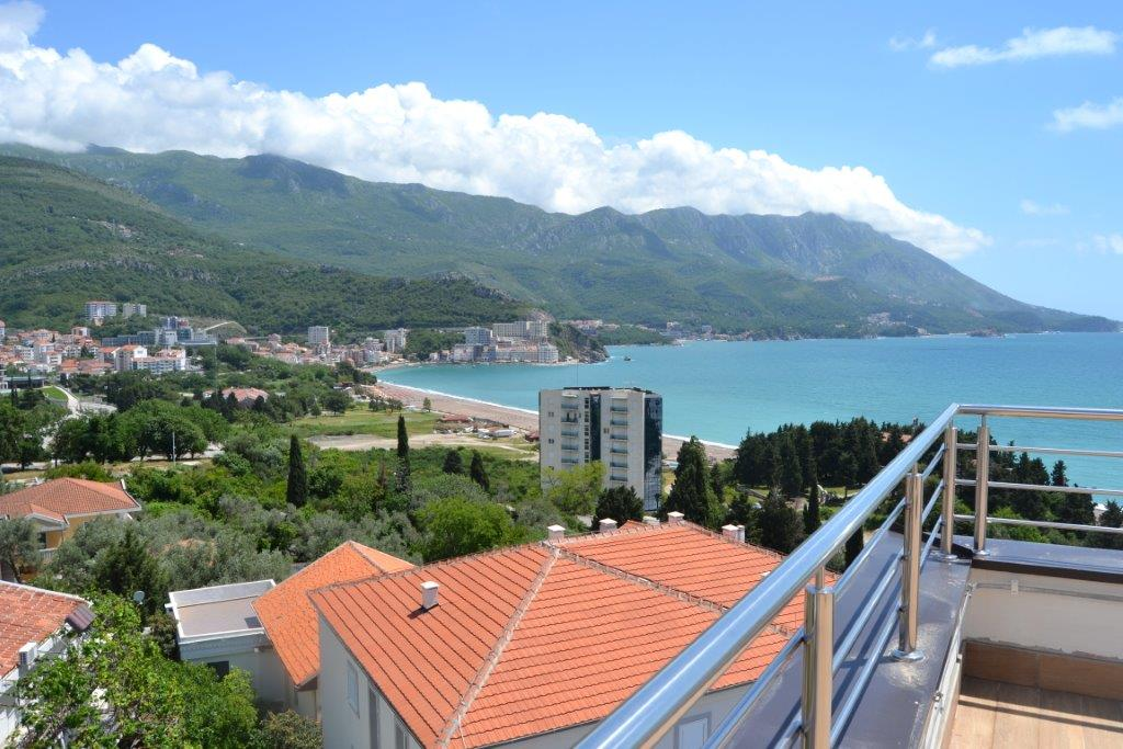 Penthouse with sea view in new building in Becici