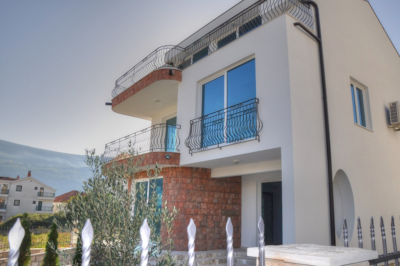House located on the Kotor Bay coast in 100m to PORTONI