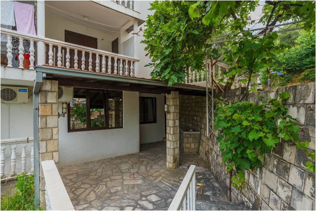 Cozy apartment with private frontyard in Budva