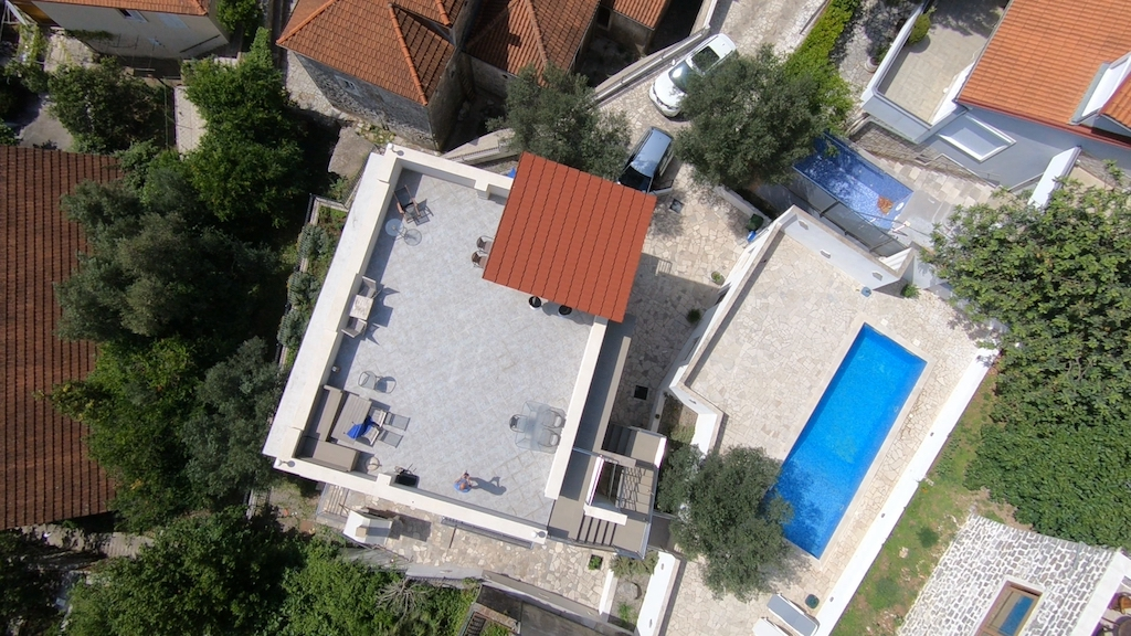 Villa with swimming pool on the waterfront