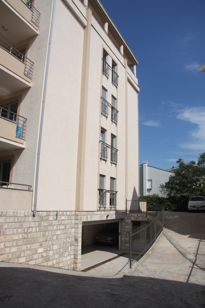 The apartment is in a quiet green area of Petrovac