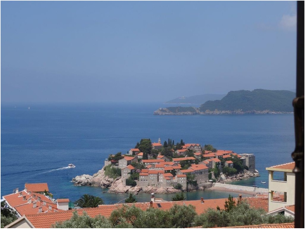 Apartment with beautiful view on Sveti Stefan and the sea